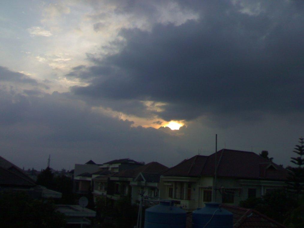 Dari balik awan gemawan, ia masih mensenyumiku.